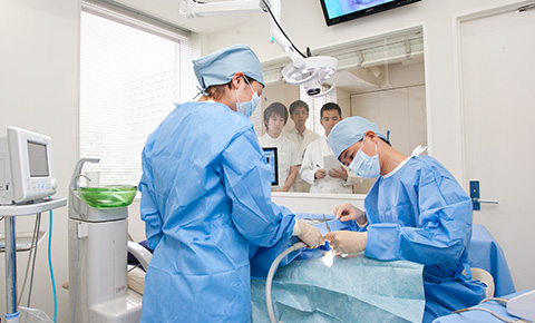 最新の設備と技術で徹底検査 高度な治療や手術にも対応します